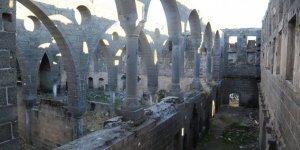 Sur'daki kiliseyi defineciler yağmalıyor