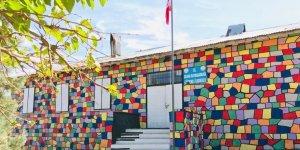 Silvan'da okul duvarını boyandı