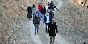 Velileri ziyaret etmek için 15 kilometre yürüyorlar