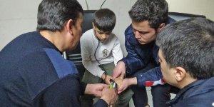 VİDEO - Diyarbakır'da parmağı kapı koluna sıkışan çocuğu itfaiye ekipleri kurtardı