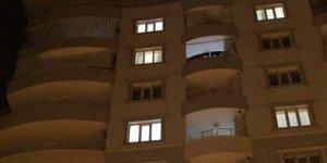 Genç kız çamaşır asarken balkondan düşüp öldü