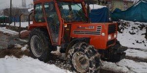 Şırnaklı vatandaş traktörünü kepçeye çevirdi