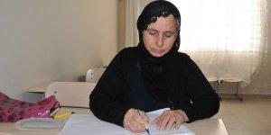 """Mardin'de """"Alzaymır"""" hastalığıyla mücadele için okuma yazma öğrenen kadın"""