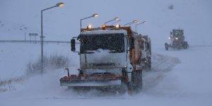 Erzincan'da kar ve tipiden 82 köy yolu ile bağlantı kesildi