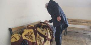 Şanlıurfa'da evsiz adam kış ortasında bankta sabahlıyor