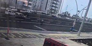 VİDEO - Diyarbakır'da karşıdan karşıya geçen şahıs arabanın altında kaldı