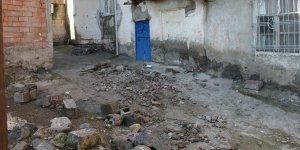 VİDEO - Diyarbakır'da anne kız çöken duvarın altında kaldı