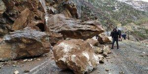 Yoluna kaya parçası düştü