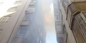 VİDEO - Diyarbakır'da apartmanın çatısında çıkan yangın paniğe neden oldu