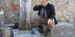 Donan musluk borusuna ilginç çözüm, ağaç gövdesini oydu