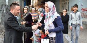 Beyoğlu sokaklarda kadınlara gül dağıttı
