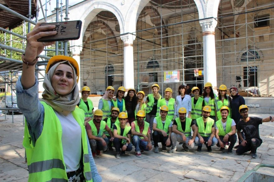 532 Yıllık Caminin Duvarlarını Kadın Nakkaşlar Renklendiriyor