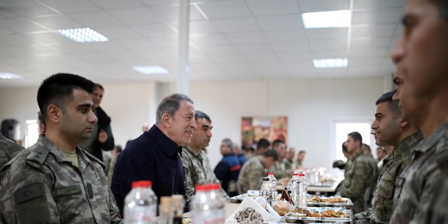bakan-akar-ve-tsk-komuta-kademesi-diyarbakir'da-mehmetcikle-bir-araya-geldi-(2).jpg