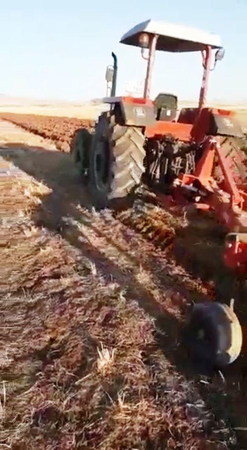 cinarda-bir-ciftci-soforsuz-traktor-ile-tarlasini-surdu.jpg