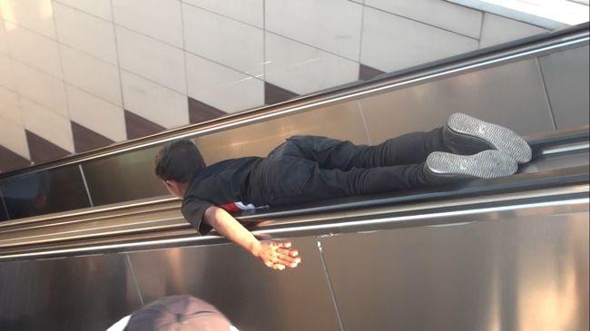 cocuklarin-tehlikeli-yuruyen-merdiven-oyunu.jpg