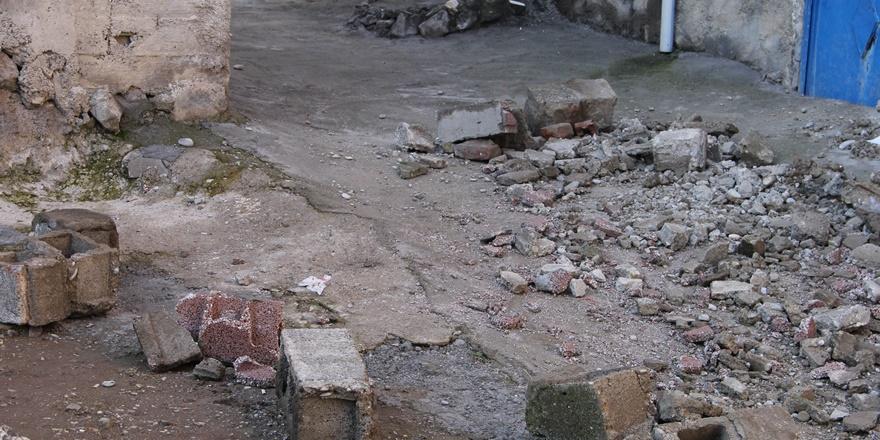 diyarbakir'da-anne-kiz-coken-duvarin-altinda-kaldi--(3).jpg
