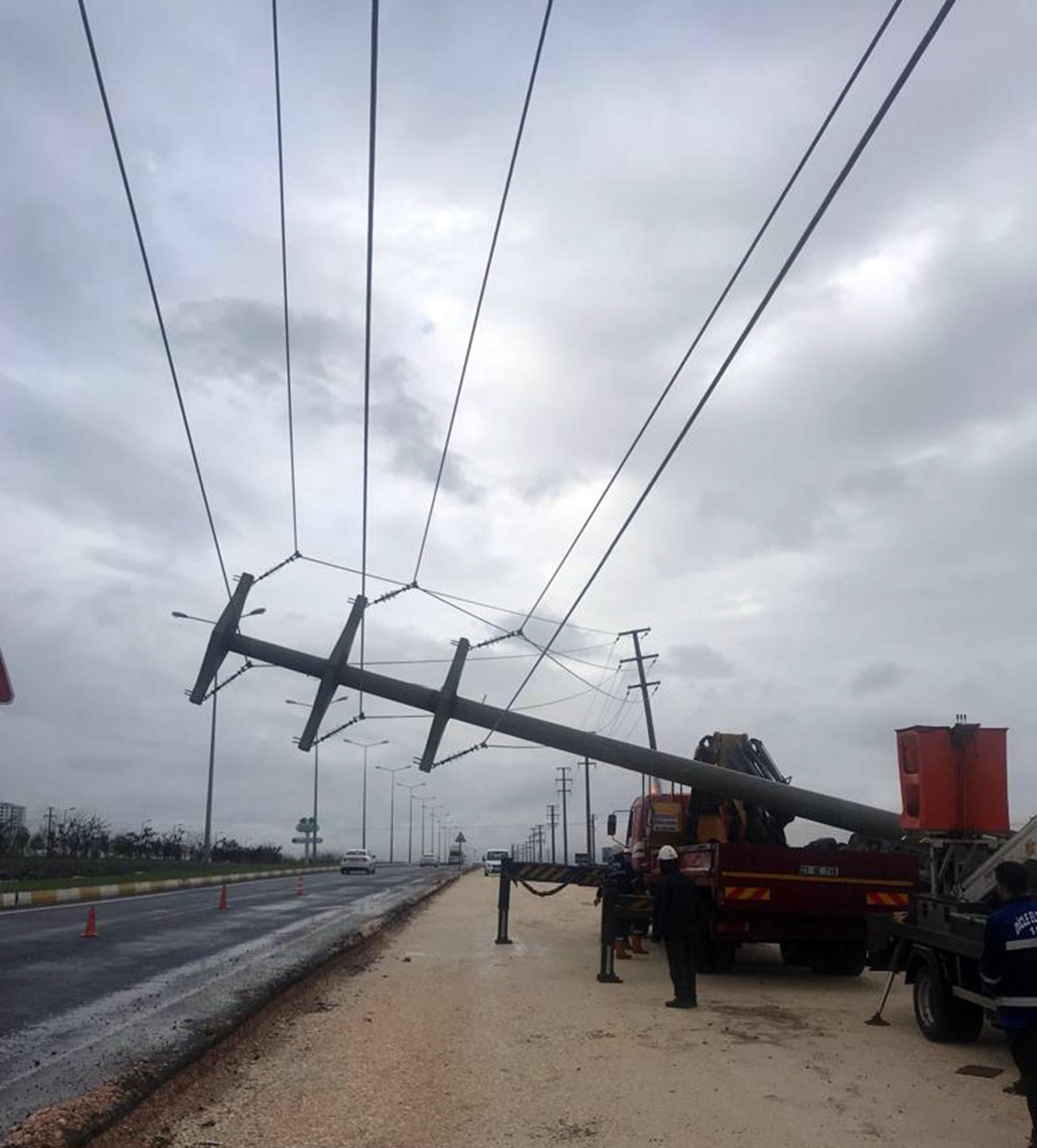 diyarbakirda-yagmur-elektrik-direkleri-devrildi_2963_dhaphoto3.jpg