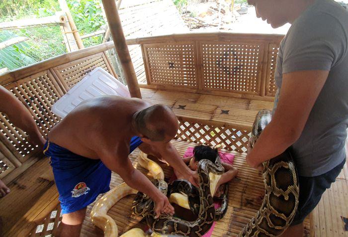 filipinlerde-turistlere-yilan-masaji.jpg