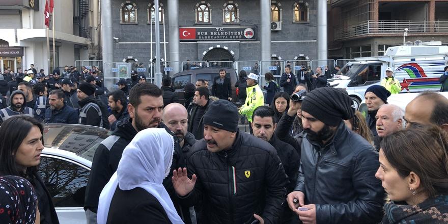 hdp'li-sur-belediye-esbakani'nin-gozaltina-alinmasina-diyarbakir-barosu'ndan-tepki-(2).jpg