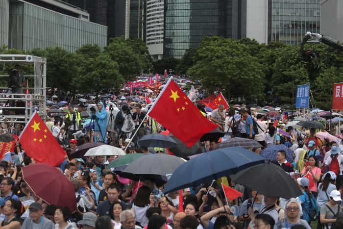 hong-konglular-bir-kez-daha-sokaklara-dokuldu.jpg