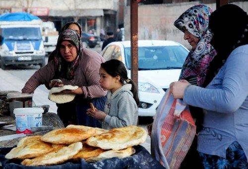 yoksul-kadinlarin-ekmek-kapisi----(5).jpg