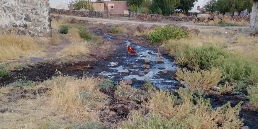 Ergani'de kanalizasyon mahallenin içine akıyor