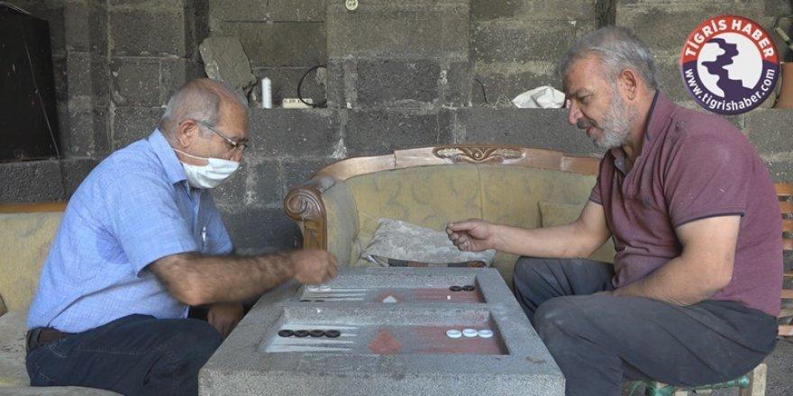 Diyarbakır'ın mucidi bazalt taşından tavla yaptı