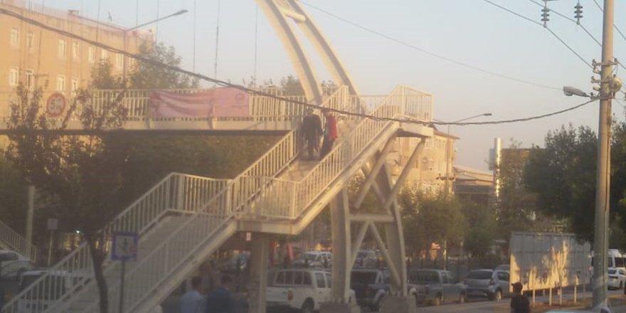Diyarbakır'da engelli vatandaşa üst geçit eziyeti