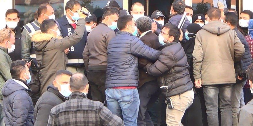 HDP önünde ailelerin yüzüne tükürülmesi iddiası gerginlik yarattı