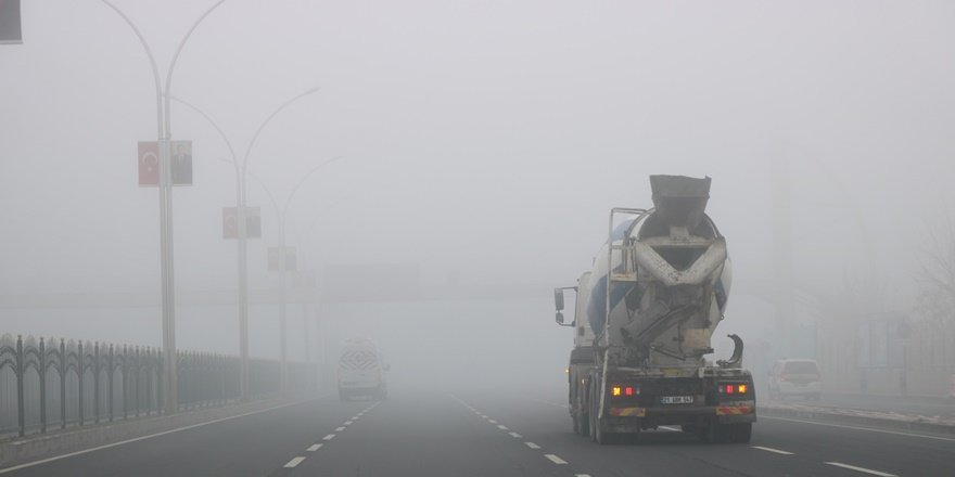 Diyarbakır'da üç gündür etkili olan sis hava ve kara trafiğini felç etti